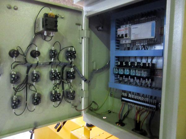 bên trong của hệ thống điều khiển điện
