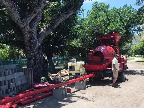 Máy bơm trộn mini của Fiji làm việc