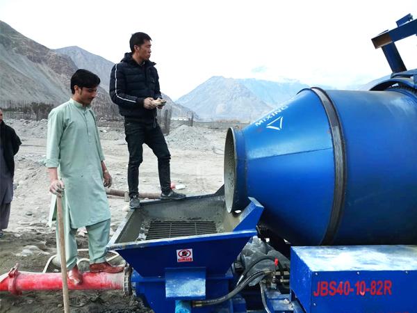 дизель-бетоносмесительный насос на стройплощадке