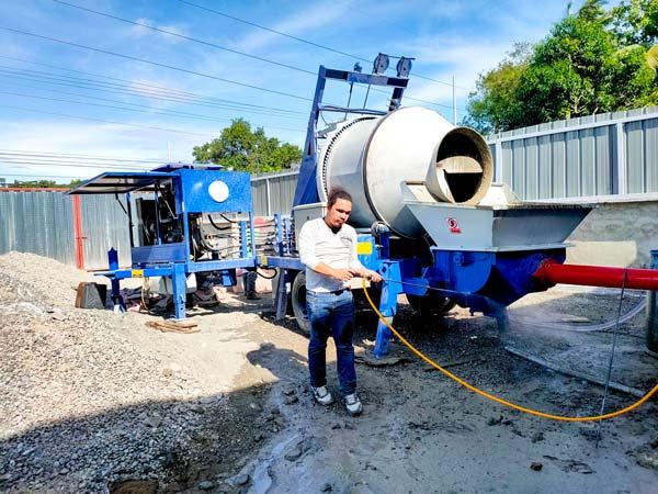Цементный смеситель с работающим насосом