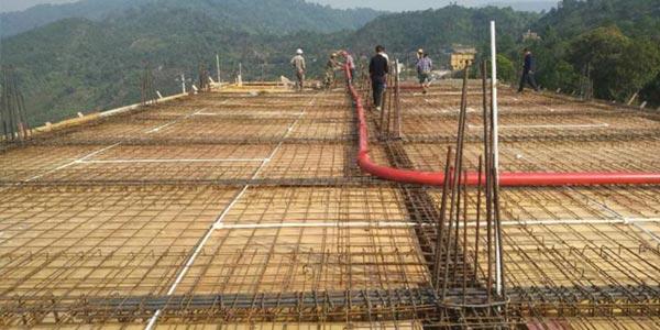 бетоносмеситель и автобетононасос на стройплощадке